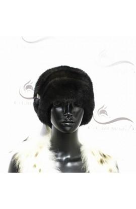 Мягкая норковая шапка черного цвета.