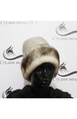 Вязанная белая шапка со вставками из норки.