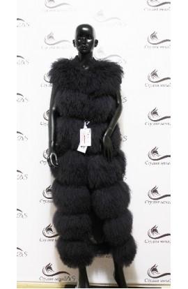 Длинный жилет из ламы черного цвета.