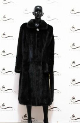 Шуба из цельной норки черного цвета с длинными рукавами новая.